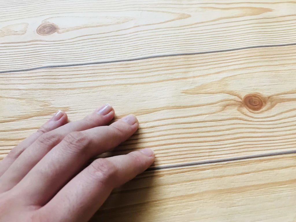 木目壁紙とそれを触っている手