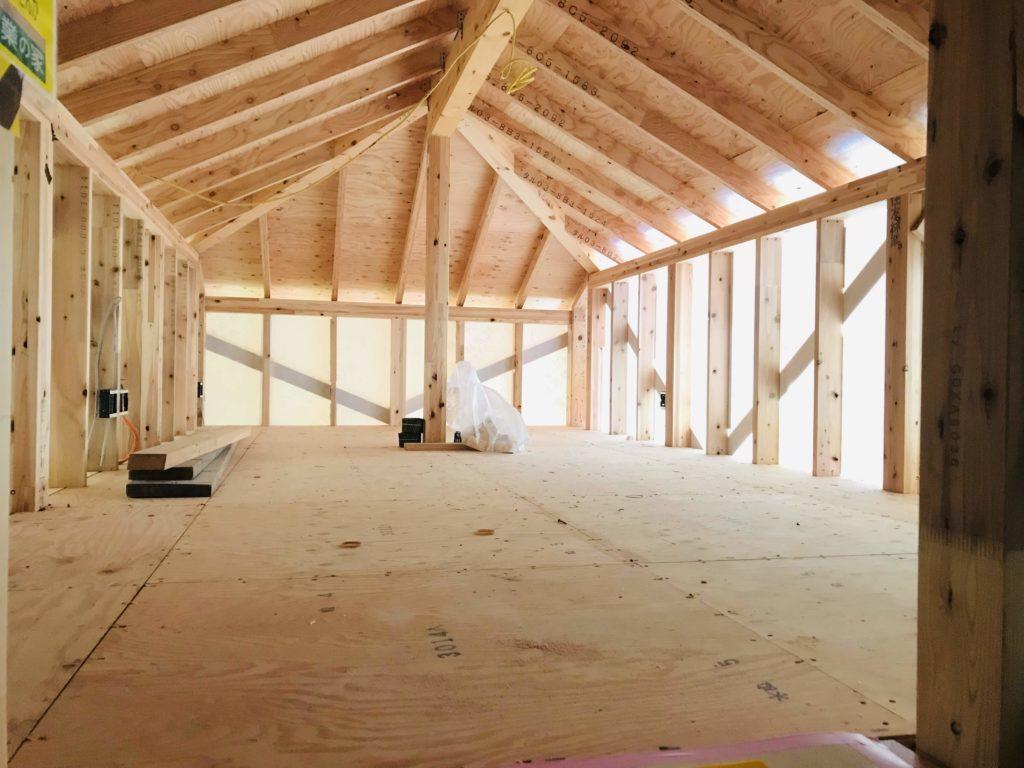 建築中の屋根裏部屋