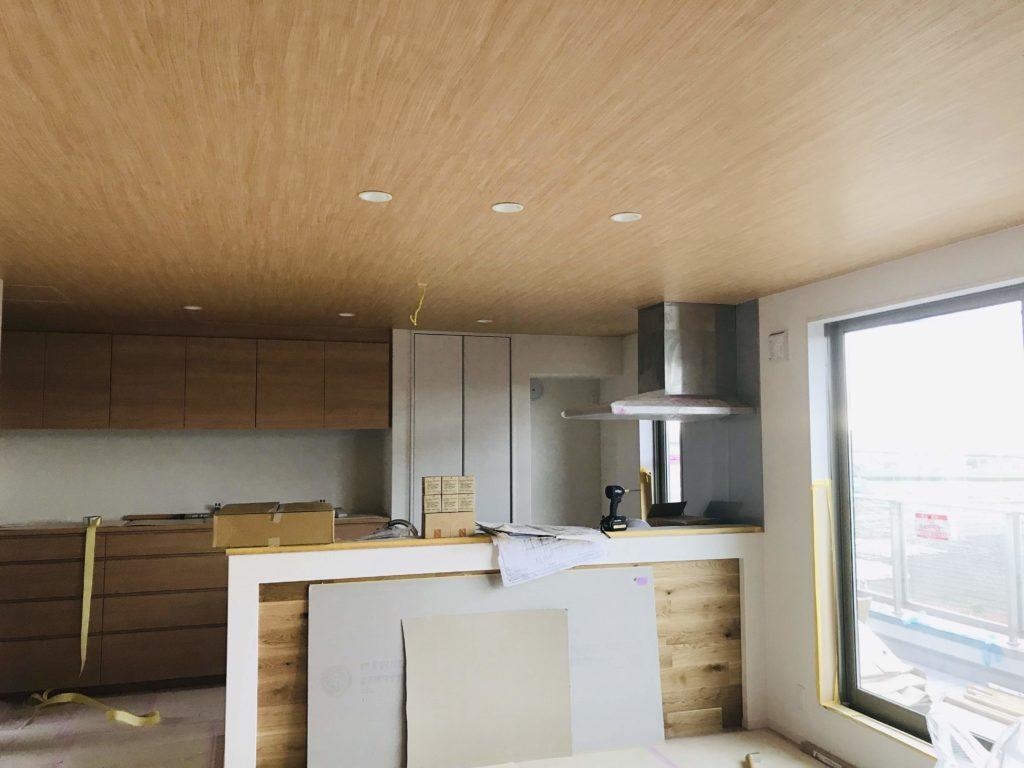 天井に木目クロスを貼ったキッチン