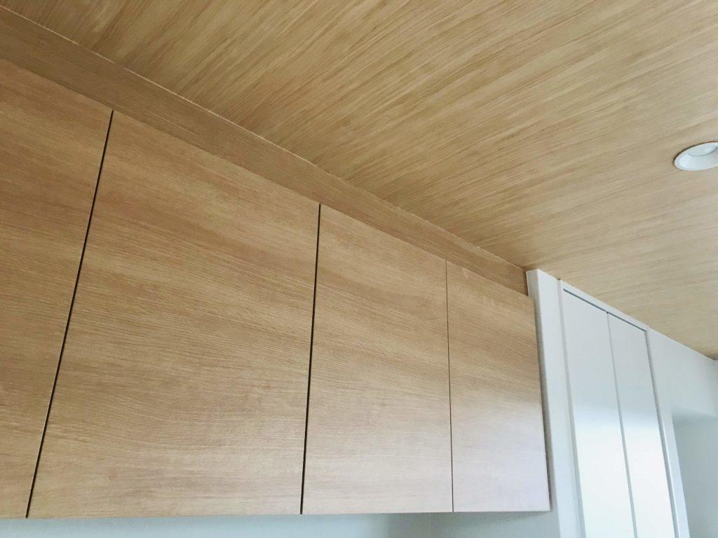 オーク家具と木目クロス