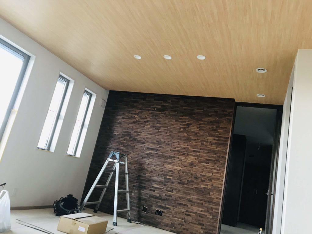 木目クロスとウッドタイルの壁