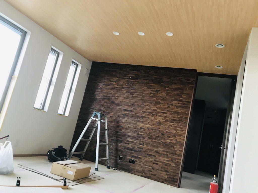 ウッドタイルの壁と木目クロスを施工した天井