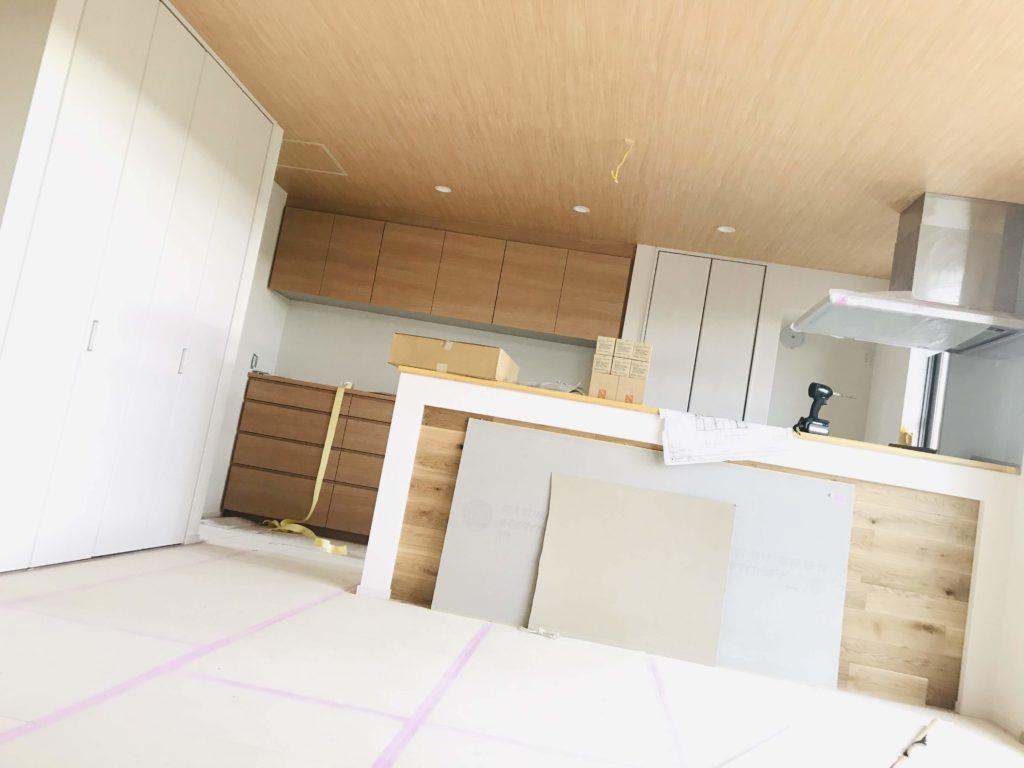木目クロスを天井に施工したキッチン