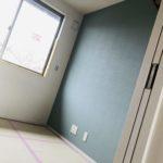 子供部屋の青いアクセントクロス
