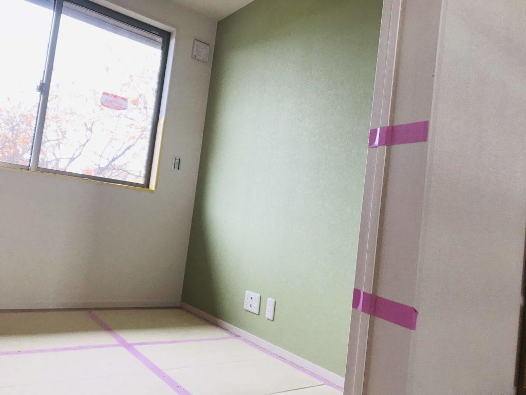 子供部屋の緑色のアクセントクロス