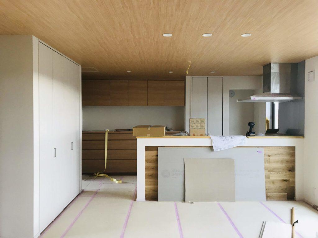 木目クロスを貼ったキッチン