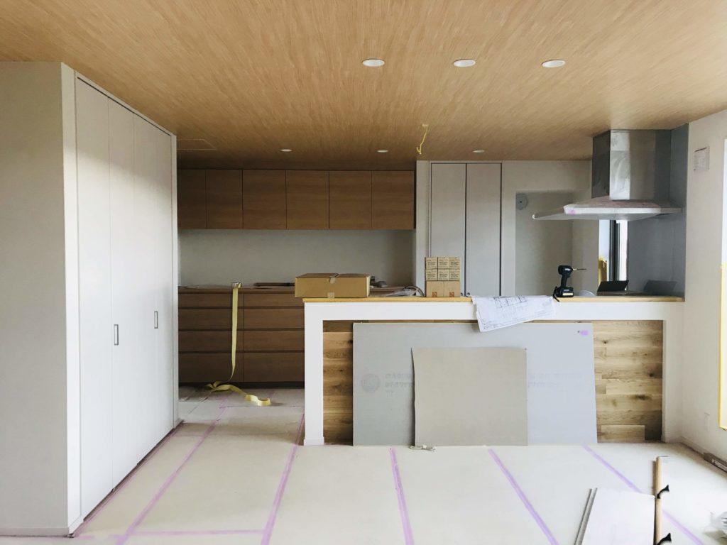 木目壁紙を天井に貼ったキッチン