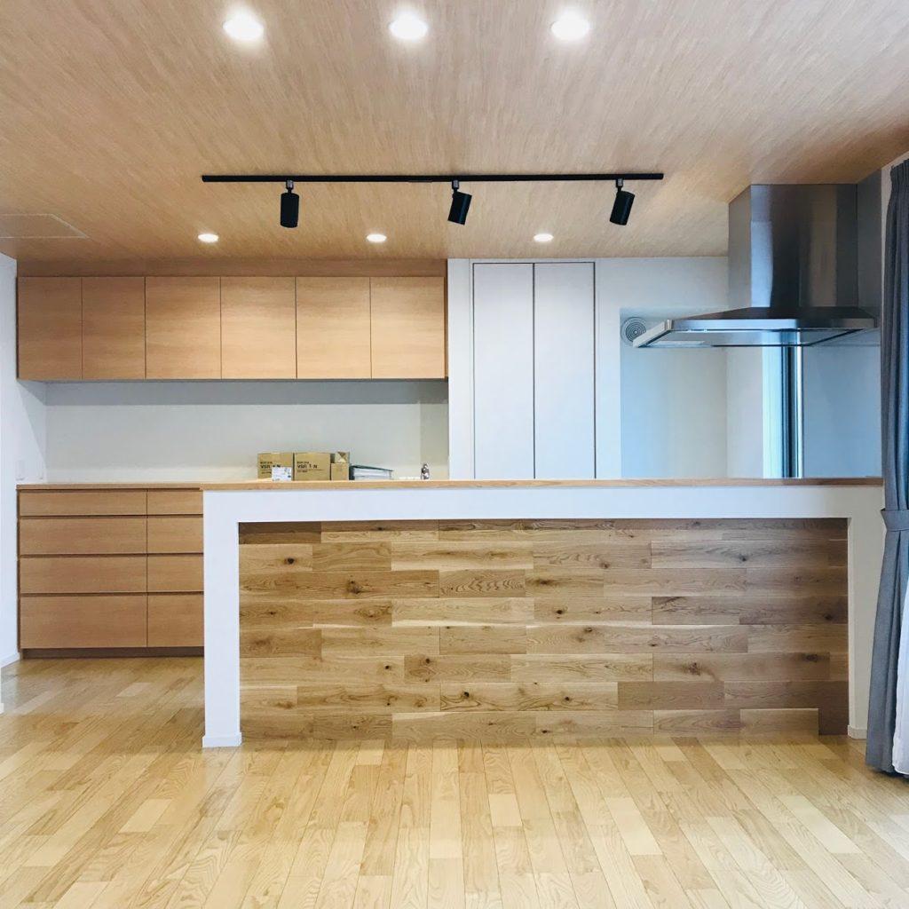 木材が貼られたキッチンカウンター