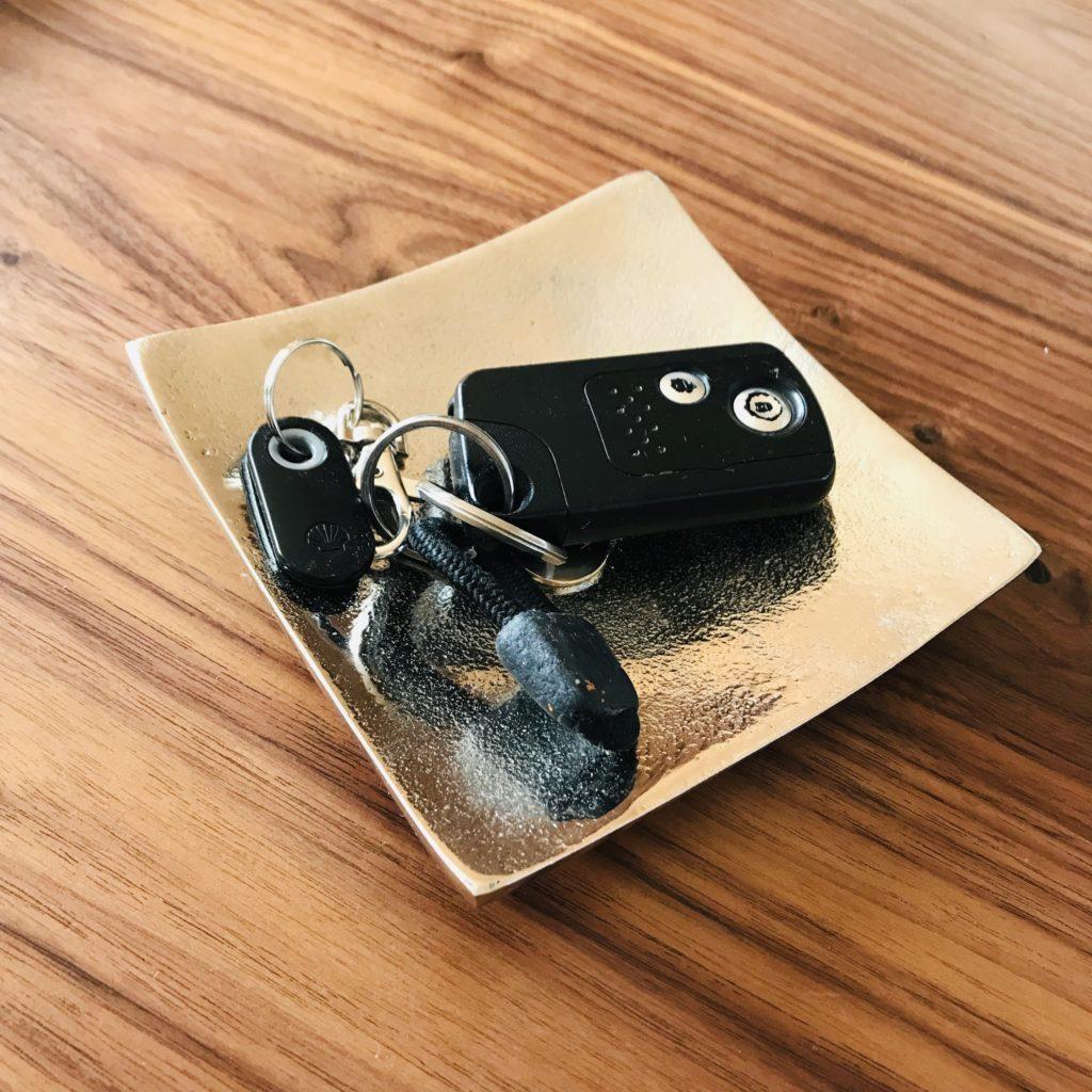 ニトリのシルバープレートに鍵を乗せている写真
