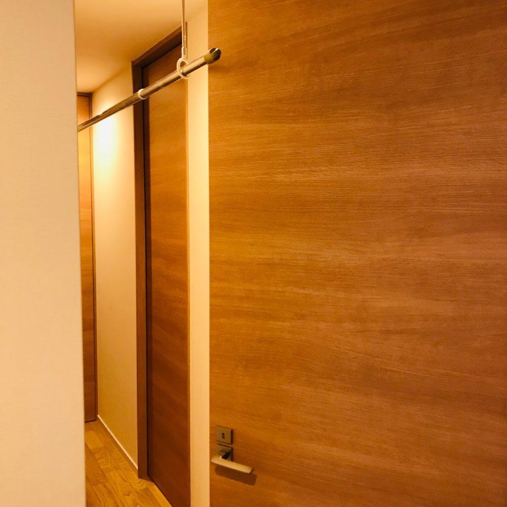 廊下のホスクリーンがドアに当たっている写真