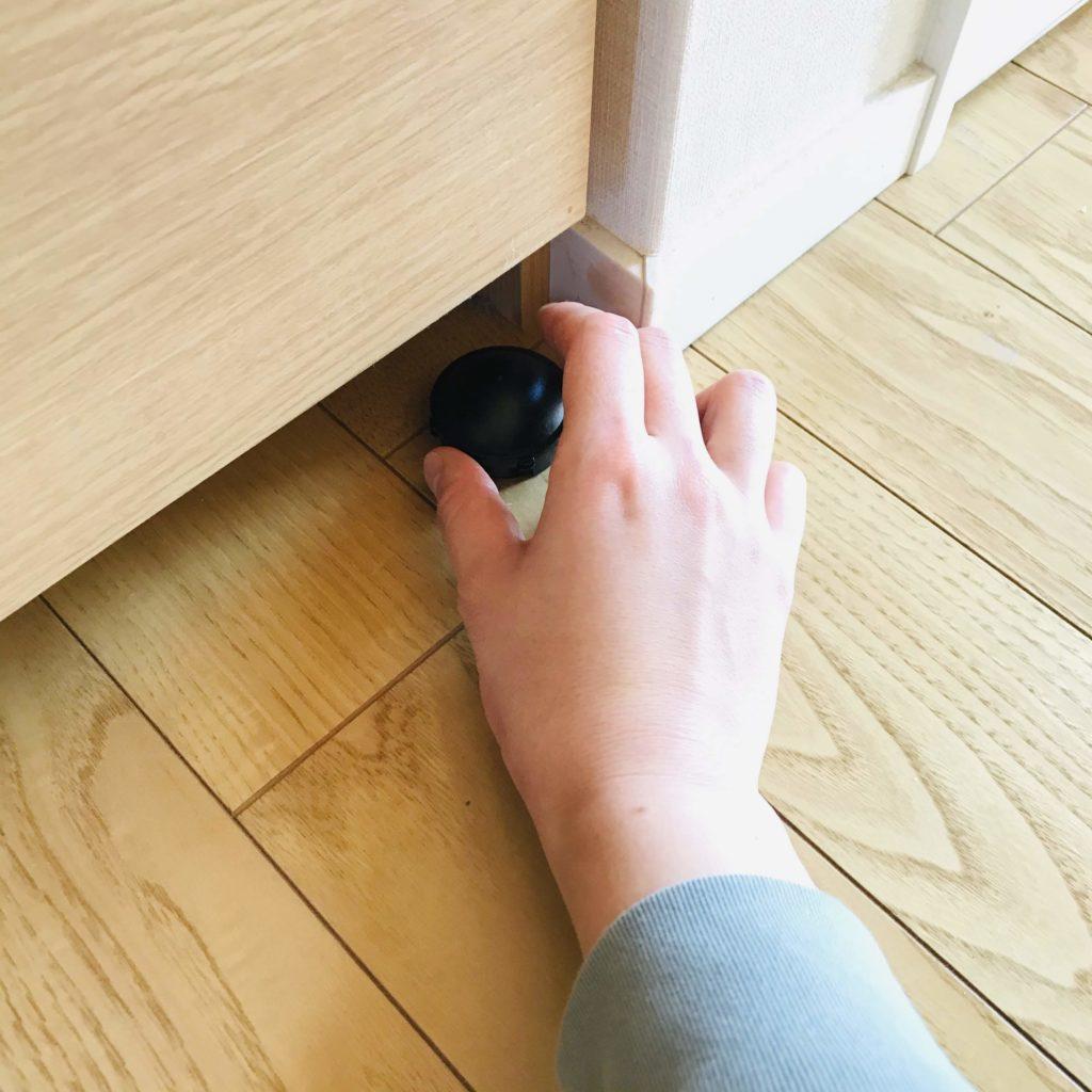 ブラックキャップを部屋の隅に置く図