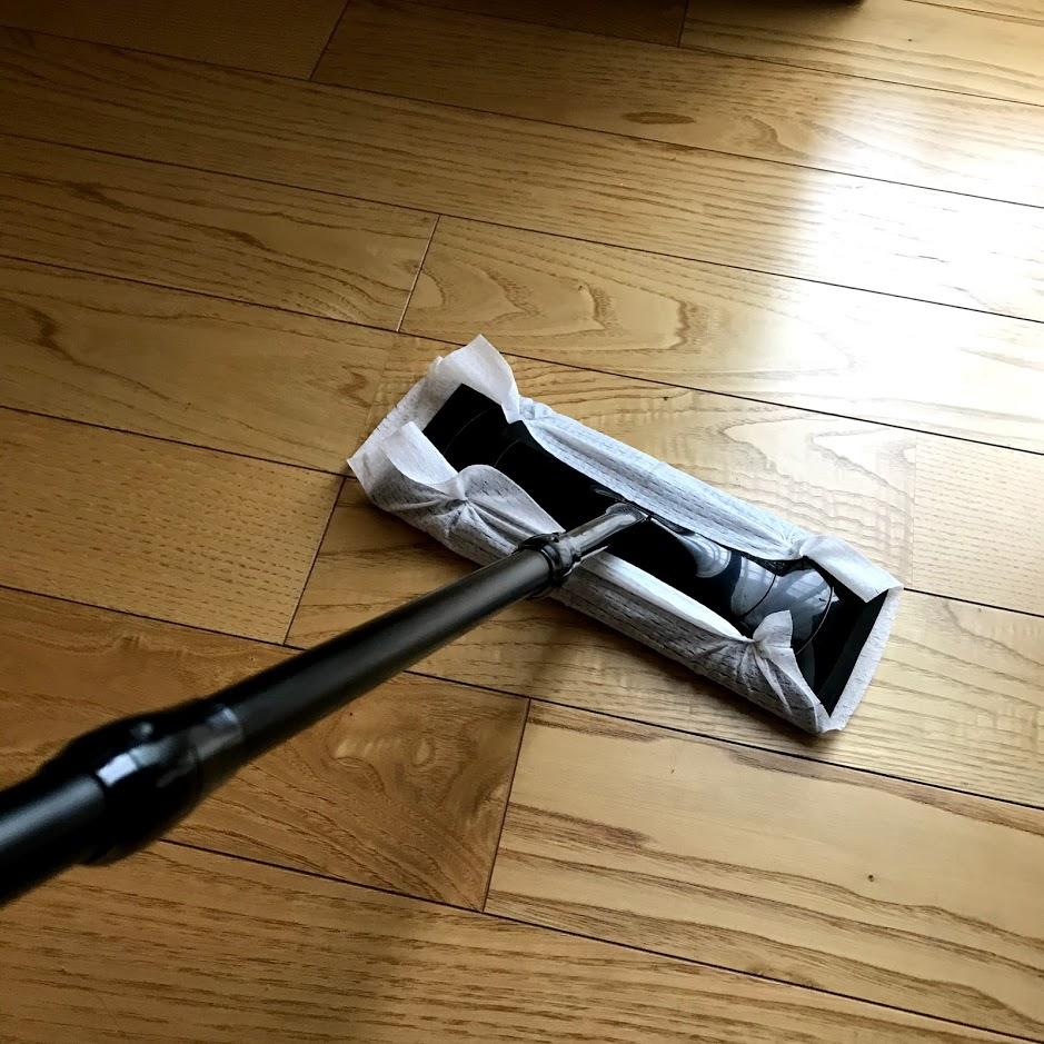 フローリング掃除をするクイックルワイパー